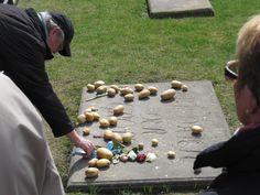 Am Grab von Friedrich II. im Park Sanssouci in Potsdam...