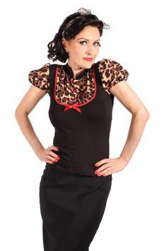Zeitloses Leopardenmuster gepaart mit niedlich schlichter Pureness. Dieses Shirt begeistert mit den kurzen abgesetzten Puffarmen sowie Blusen-Einsatz und kleinem Stehkragen. Die perfekte Ergänzung bringt die arblich abgesetzte Zickzack Borte mit Satinschleife und kleinen Herz-Knöpfen.  http://goinsane.de/Girls-Clothes-Shirts---Poloshirts.html   #retro #rockabilly #vintage #leo #pinup #SugarShock #goinsane #50s #40s
