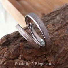 Alliances mariage originales en or éthique et équitable, or gris brossé et rainuré façon effet écorce d'arbre
