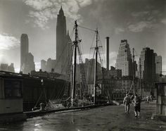 La banchina a Fulton Street, Manhattan, 26 novembre 1935. (Berenice Abbott – #NewYork Public Library)