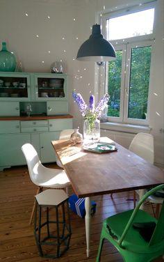 Helles, gemütliches Esszimmer mit braunem Holztisch, türkisen Schränken und weißen Stühlen in Hamburg-Harburg  #Hamburg #Wohnung  #Esszimmer