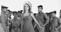 «Η κόρη μου η σοσιαλίστρια» είναι μια από τις κλασσικές ελληνικές ταινίες με τον Λάμπρο Κωνσταντάρα, την Αλίκη Βουγιουκλάκη και τον Δημήτρη Παπαμιχαήλ να έχουν χαρίσει αστείες στιγμές σε γενιές και γενιές θεατών. Τι γίνεται όμως με τα πολιτικά και οικονομικά μη�
