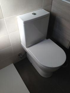 Reforma baño, azulejo y pavimento cerámico VIVES, plato de resina y sanitario modelo Enma de GALA Toilet, Bathroom, Model, Resin, Tiles, Projects, Washroom, Flush Toilet