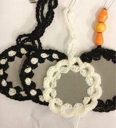 Kaksipuolista liimakangasta väliin, reiät nahkapaskalla ja sitten virkkaamaan iloisia värejä. Heijastimia rintanapeiksi, Kukkia ja perh... Cross Crafts, Textile Fabrics, Crochet Necklace, Knitting, Gifts, Diy, Jewelry, Ideas, Favors