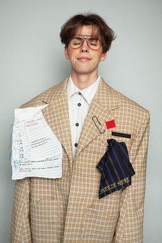 """來自馬來西亞的男裝設計師Moto Guo,於2015年創立了他的同名品牌。起初,他最鍾愛的是音樂,2011年,他勇敢地決定放棄音樂的道路,轉而投向對服裝設計的追尋,同年,他進入到馬來西亞Raffles College of Higher Education學習。 2013年,他的畢業設計系列""""Out Like a L"""