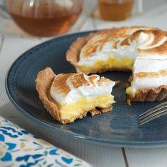 Summer Recipe: A delicious and light lemon meringue pie dessert Poke Cake Recipes, Healthy Cake Recipes, Sheet Cake Recipes, Dessert Cake Recipes, Homemade Cake Recipes, Baking Recipes, Meringue Desserts, Meringue Pie, Summer Dessert Recipes