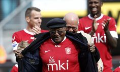 Desmond Tutu visiting FC Twente Enschede! There was a special shirt this game against SC Heerenveen to get attention for #MKI.