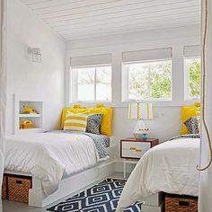 真っ白いベッドルームにイエローのピローカバーがフレッシュな印象を与えてくれるコーディネートです。床に敷いたラグは北欧風で落ち着いたお部屋になりました。