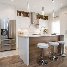 Cuisine contemporaine blanche avec grand îlot – White contemporary kitchen with large island – Painting Kitchen Cabinets, Kitchen Paint, Home Decor Kitchen, Rustic Kitchen, Kitchen And Bath, Kitchen Ideas, Kitchen White, Diy Kitchen, Kitchen Hacks