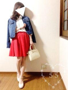 5/5(木)♡coordinate٩( 'ω' )و   今日も風が強いと思って昨日から パンツコーデ考えてたのに、 朝起きたら穏やかでした…٩(๑‾ ꇴ ‾๑)۶ なので、スカートに変更〜♡   白シャツ×赤スカートcd。・*・:♪  去年買ってた、真っ赤なフレアスカート❤️ 赤アイテム好きだな〜(* ॑꒳ ॑*)♡  トリコロールにしたかったので デニムジャケット羽織ってたよ◎ 仕事中は脱いでました♪    いつもgood、watch ありがとうございます コメントも、ありがとう✨