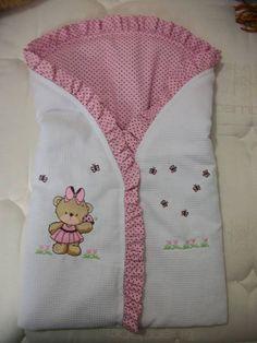 Risultati immagini per como fazer saco para dormir de bebe Quilt Baby, Kit Bebe, Baby Wraps, Baby Kind, Sleeping Bag, Baby Decor, Baby Sewing, Baby Accessories, Baby Patterns