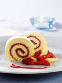 This almond and raspberry Swiss roll is a delicious afternoon treat that the whole family can enjoy together Swiss Roll Cakes, Swiss Cake, Food Cakes, Cupcake Cakes, Great British Bake Off, Dessert Salads, Dessert Recipes, Jam Roll, Dessert Thermomix