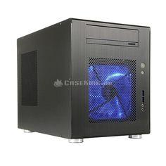 Lian Li PC-Q08B Mini-ITX Cube in schwarz. Was passiert, wenn man einen Q07 mit einem V351 kreuzt? Antwort: Herauskommt der PC-Q08. Hierbei handelt es sich um einen kompakten Mini-Tower in Cube-Form. Dieser übernimmt die Auslegung auf das kleine Mini-ITX Mainboard-Format vom Q07, verpackt dieses jedoch in ein größeres Gehäuse, welches deutlich funktioneller gestaltet ist und damit eher einem V351 ähnelt.