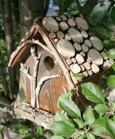 Rustikt fågelholk med skoghuggartema