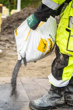 Muista aina saumata valmiit pihakiveykset puhtaalla ja kuivalla saumaushiekalla heti kivien latomisen jälkeen. Näin estät heinän siemenien ja muiden epäpuhtauksien menemisen kivien saumoihin heti uutuuttaan. Lisäksi saumahiekka sitoo ladotut pihakivet ja -laatat paikalleen, jolloin mahdollisen sateen yllättäessä kivet eivät liiku paikoiltaan. Vanhojen pihojen perusteellisen pesun yhteydessä saumaus kannattaa ehdottomasti uusia puhtaalla saumahiekalla.