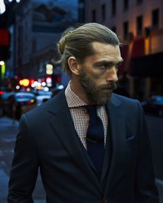 Perfect shirt ( look at this collar and these colors) with a blue navy tie, perfect pocket square. A rupture in the traditional black and white, perfectly shaved world.