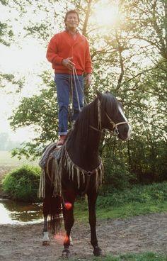 Pierre Brice mit seinem Pferd Iltschi 1988 in Freizeitkleidung. Karl May, Karel Gott, Kindred Spirits, Riding Helmets, Westerns, Tv Series, Happy Birthday, Horses, Entertaining