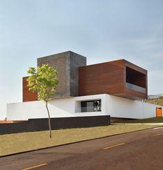 O arhitectura deosebita - LA Home With Arcade Wall Graphics. Modelele noastre de case din lemn le puteti vedea pe www.mobina.ro