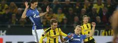 Bundesliga 16/17- 9.Sptg: Dortmund-Schalke 0:0 -Mario Götze im Zweikampf mit Johannes Geis