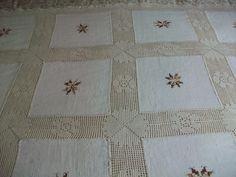 Plaid hecho con cuadrados de tela de algodón unidos con cenefa de ganchillo