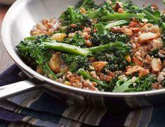 Arroz sete grãos com brócolis, alho assado e nozes.