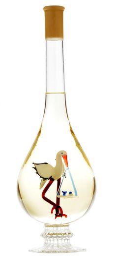 Ajándékozni szeretnél, de nem tudod, minek örülne a házasulandó pár igazán? Egy ilyen lombik alakú díszöveges bor, benne gyűrűkkel és galambokkal, kitűnő nászajándék lehet minden pár számára! Esküvőre és eljegyzésre egyaránt nagyszerű meglepetés lehet. A díszüveges bor mindig különleges ajándék, hiszen a díszüveg egy tartós, örök emlék marad. Toakji Furmint-tal töltött üveg. Lombok, Wine Decanter, Minion, Barware, Marvel, Wine Carafe, Minions, Tumbler