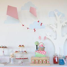 A decoração com pipas foi criada pela australiana Leanne Ambrogio para o aniversário de dois anos da filha. Leanne é dona da empresa de festas Sweet Style,