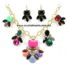 Set de collar y aretes en base dorada con cristales y detalles en diferentes tonos estilo 30524