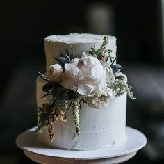 Simple and perfect. Love this wedding cake by @hellonaomicakes captured by @damienmilan_photographer ♡ #weddingcake #noubavendor #noubadirectory