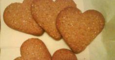 Εξαιρετική συνταγή για Μπισκότα κανέλας. Πεντάνοστιμα μπισκότα κανέλας που θυμίζουν τα μπισκότα Goody που τρώγαμε μικροί! Αφιερωμένη στους λάτρεις της κανέλας! Λίγα μυστικά ακόμα Προτιμώ όταν ανοίγω τη ζύμη με τον πλάστη να την έχω πάνω σε λαδόκολα. Εναλλακτικά μπορείτε απλά να αλευρώσετε την επιφάνειά σας.