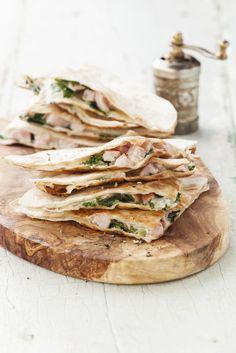 Een supersnelle lunch of dinergerecht: quesadilla's met spinazie & ham. Een frisse Europese twist op deze Mexicaans tosti. Als je diepgevroren spinazie gebruikt, ontdooi deze dan en hak grof. Als je verse spinazie gebruikt, verwarm deze dan een paar minuutjes in een pan met wat olie, tot de spinazie geslonken is. Hak dan grof. Beleg 1 tortilla met […]