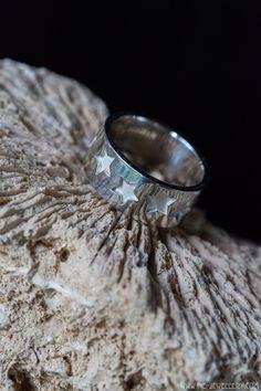 Zilveren motiefring met sterren | Silver ring with star design Handmade Jewellery, Contemporary Jewellery, Om, Rings For Men, Silver Rings, Jewelry, Design, Handmade Jewelry, Men Rings