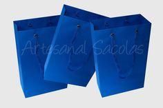 Sacola em papel - cor azul turquesa    Tamanho 15 larg x 24 alt x 7 cm lateral  ideal para lembrancinhas, pequenas peças, roupas femininas, masculinas, infantis, bijuterias, etc.    Acabamento:  Reforço no fundo  Alça de cordão de nylon  ilhós