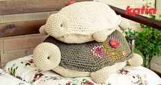 Crochet turtles with embroidery Crochet Home, Diy Crochet, Crochet Crafts, Crochet Dolls, Crochet Baby, Crochet Projects, Crochet Cushions, Crochet Pillow, Crochet Stitches