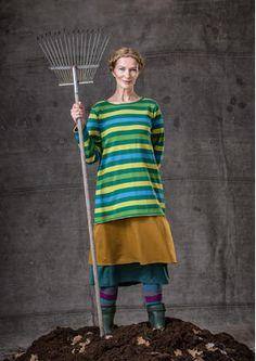 Dieser lange Streifenstrick-Pullover aus Baumwolle hat Rollkanten an Ärmelabschlüssen, Halsausschnitt, Saum und eine Vordertasche.