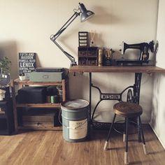 どんなお部屋にも昔からそこにあるかのように馴染み、さらにあたたかみを加えてくれるアンティークミシン台は、テーブルのように使うこともできます。