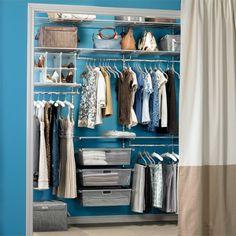 offener Kleiderschrank mit Vorhang
