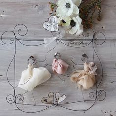 Family portrait with wire Wire Crafts, Crafts To Do, Arts And Crafts, Craft Projects, Projects To Try, Wire Hangers, Wedding With Kids, Wire Art, Diy Doll