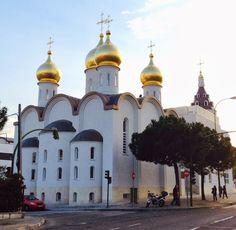 La iglesia ortodoxa rusa de Santa María Magdalena. La parroquia se halla en el número 48 de la Gran Vía de Hortaleza, muy cerca de la estación de metro de Pinar del Rey. Está construida sobre una parcela de 756 metros cuadrados, que el Ayuntamiento de Madrid cedió en 2010, durante el gobierno de Alberto Ruiz Gallardón