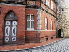 Stolberger Seigerturm mit seinem kleinen Tor in der alten Straße.