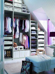 Aménager un dressing en sous-pente : mode d'emploi | Travaux.com