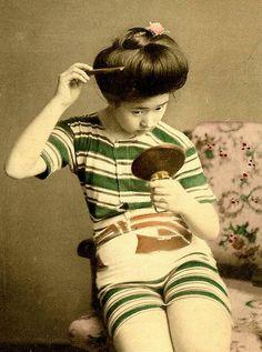 100年前の日本の芸者の水着姿の写真