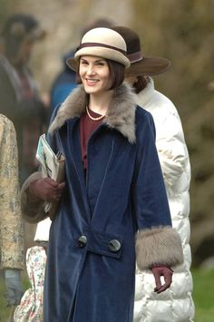 Downton Abbey's stars reunite for Downton Abbey Season 6 and a few photos below are from filming what looks . Downton Abbey Mary, Downton Abbey Season 6, Downton Abbey Fashion, 20s Fashion, Fashion Mode, Vintage Fashion, Film Fashion, Lady Mary Crawley, Lady Sybil