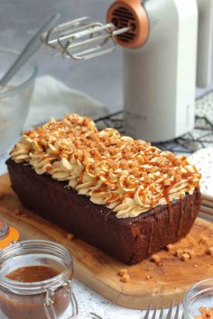 A Sweet, and Delicious Sticky Toffee Loaf Cake with the Sticky Toffee Sponge, Sticky Toffee Buttercream Frosting, and a Sticky Toffee Sauce! Tray Bake Recipes, Easy Cake Recipes, Baking Recipes, Dessert Recipes, Baking Ideas, Party Recipes, Cupcake Recipes, Free Recipes, Sticky Toffee Pudding Cake