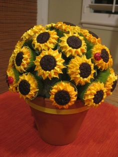 Sunflower cupcake bouquet for Marthe's birthday for dessert table! Sunflower Cupcakes, Sunflower Party, Cute Cupcakes, Cupcake Cookies, Cakepops, Fantasy Cake, Cupcake Heaven, Fashion Cakes, Cupcake Recipes