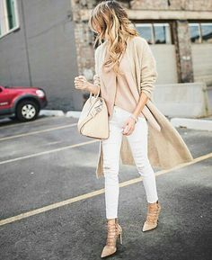 Here are minimalistic 2016 Fashion Trends that you can emulate and begin the year on a fashionable note with. Please take a look and let us know what your thoughts are on the minimalistic 2016 Fashion Trends. How To Make Ripped Jeans, Ripped Jeans Look, How To Wear White Jeans, White Jeans Outfit, Denim Jeans, Fashion Mode, Look Fashion, Spring Fashion, Paris Fashion