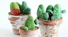 Esta idea tan sencilla que os traemos es perfecta para decorar la casa sin mayor esfuerzo. Se trata de hacer unos cactus con piedras pintadas y colocarlos..