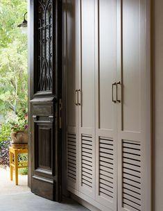 שני בתים משנות החמישים הפכו לבית אחד עכשווי, אבל מלא בחפצי וינטג' שאספה בעלת הבית במהלך השנים משווקים ברחבי העולם. שווה סיבוב Wardrobe Door Designs, Wardrobe Doors, Wardrobe Closet, Closet Designs, Closet Bedroom, Master Closet, Entryway Storage, Wardrobe Storage, Tall Cabinet Storage