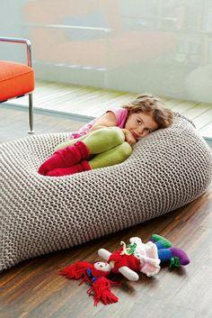Pouf En Crochet, Knitted Pouf, Crochet Ball, Crochet Cushions, Arm Knitting, Knitting Patterns, Crochet Patterns, Diy Knitting Projects, Pouf Design