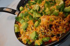 Casserole Baja Ingrédients :  1 poivron rouge 1 petit oignon 1 gousse d'ail  3 c. à table d'huile d'olive 450g de porc haché ( ou du bœuf, ou du dindon) 1/3 de tasse de salsa (maison ou du commerce) 1 boîte de haricots noirs 1 boîte de 340ml de maïs en grains 1 boîte de 795ml de tomates en dés 1 c. à thé de piments jalapenos hachés finement 1 tasse de riz à grains longs 1 1/4 tasse de bouillon 1 1/2 c. à soupe d'épices à tacos
